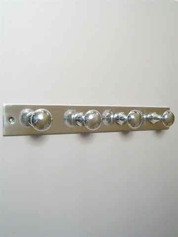Knagerække m 4 store knopper blank aluminium